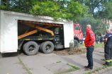 Hírkép: A hajléktalanszállóhoz vitték a Papírgyári úti beton buszmegállókat